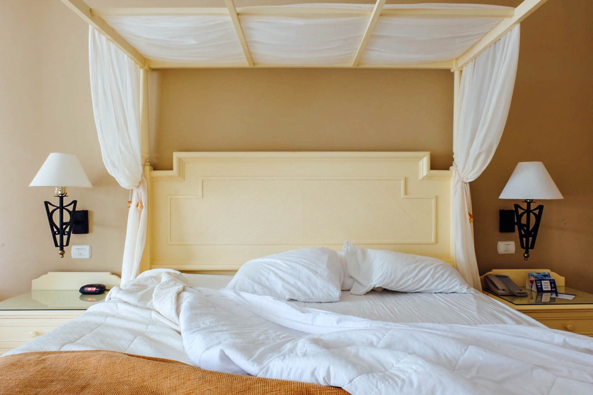 Charming four-poster king bed in a Junior Suite Club Golden